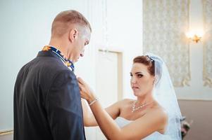 schönes kaukasisches Paar gerade verheiratet und tanzt ihren ersten Tanz