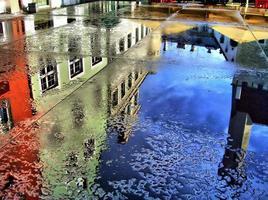 Europäische Gebäude reflektieren sich auf Wasser foto