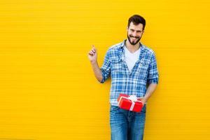 erwachsener Mann mit rotem Geschenk