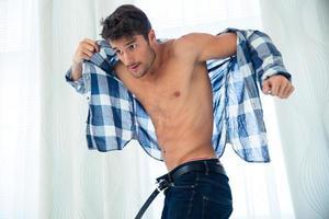 Mann Ankleidetuch zu Hause foto