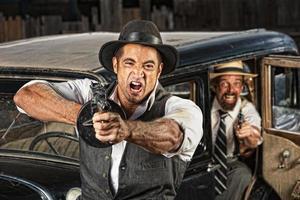 wütende Gangster schießen Waffe foto