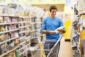 junger Mann, der im Baumarkt einkauft foto