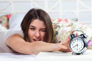 das junge Mädchen im Bett