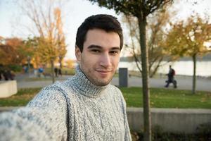 junger Mann macht Selfie