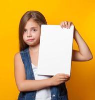 schönes junges Mädchen mit weißer Tafel foto