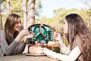 zwei Mädchen sprechen während eines Picknicks foto