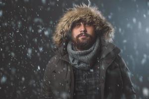schöner Mann im Schneesturm