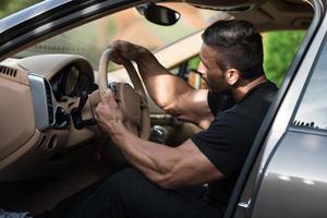 Mann fährt sein Auto