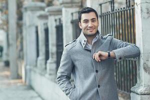 junger attraktiver Mann posiert, im Freien - Außenseiten. foto
