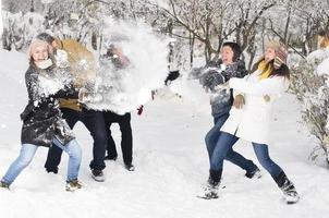 im Schnee spielen foto