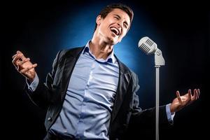 Mann singt foto