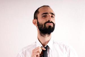 Mann macht seine Krawatte foto