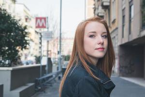 schönes Mädchen, das in den Straßen der Stadt aufwirft