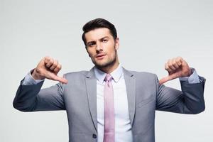 hübscher Geschäftsmann, der auf sich selbst zeigt foto