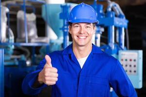 Fabrikarbeiter gibt Daumen auf foto