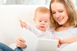 Mutter liest Buch ein kleines Baby foto