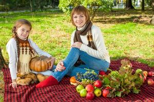 glückliche Mutter mit kleiner Tochter im Herbstpark foto