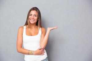 hübsches Mädchen, das Copyspace auf der Handfläche hält foto