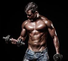 sportlicher junger Mann auf schwarzem Hintergrund