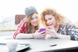 zwei junge lockige und glatte blonde haarfrau foto