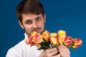 Mann mit Strauß roter Rosen foto