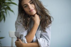 Porträt einer sehr attraktiven jungen Frau foto