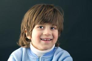 Porträt eines schönen Kindes, das isoliert lacht foto