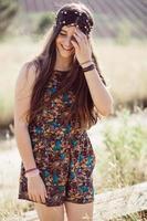 Mädchen auf einem Feld an einem Sommertag foto