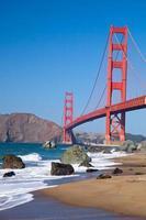 die goldene Torbrücke mit Wellen