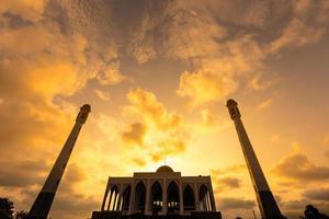 Sonnenaufgangswolken über der Moschee. foto