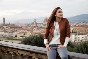 schönes Mädchen beeindruckt sehen das Panorama von Florenz bei Sonnenuntergang foto