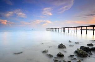 Langzeitbelichtung einer Brücke am Abend vor Sonnenuntergang