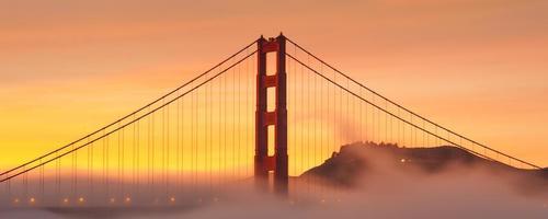 goldene Torbrücke bei Sonnenaufgang