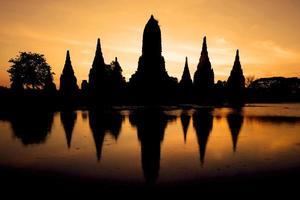 historischer tempel mit sonnenaufgang in thailand foto