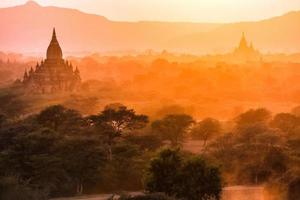 Pagodenlandschaft in der Abenddämmerung in Bagan foto