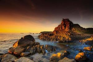 Platte terrassierten Basaltfelsen am Phu Yen Meer, Vietnam,