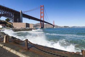 die goldene Torbrücke mit den Wellen foto