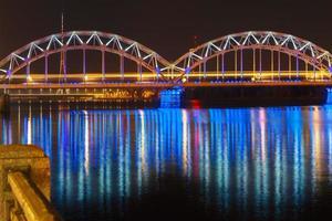 Eisenbahnbrücke bei Nacht, Riga, Lettland foto