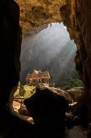 Pavillon in der Phraya Nakorn Höhle in der Nähe von Hua Hin. foto