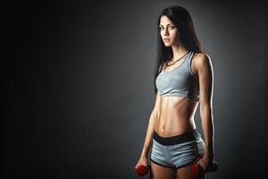 Sport junge Frau mit Hanteln foto