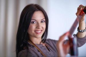 junge Frau, die Filmmaterial ansieht
