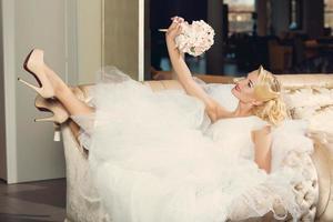 schöne Braut mit Blumenstrauß foto
