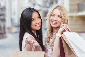 zwei Freunde, die Spaß beim Einkaufen haben foto