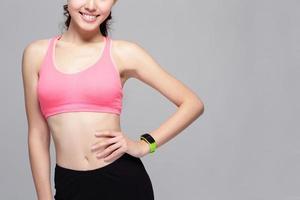Sportfrau, die intelligente Uhr trägt foto