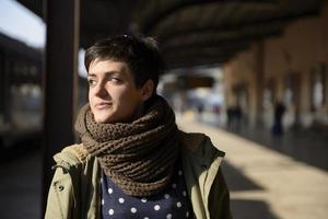 junge Frau am Bahnhof foto