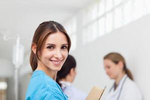lächelnde Frau, die in einem Flur steht foto