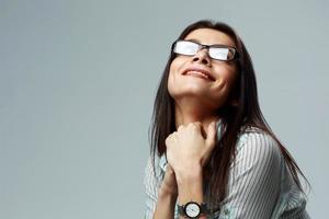 Porträt einer jungen lächelnden Geschäftsfrau, die Brille trägt