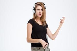 Frau, die Musik hört und Spaß hat