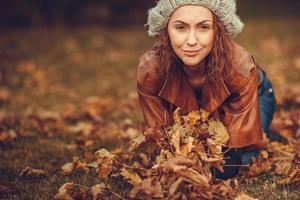 Mädchen im Herbstpark