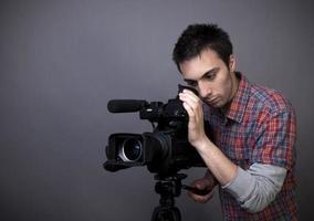 junger Mann mit Video-Camcorder foto
